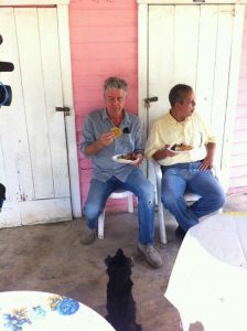 Anthony Bourdain, un plato de chicharrón, y yo